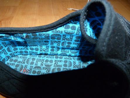 Zapatillas negra y azul.
